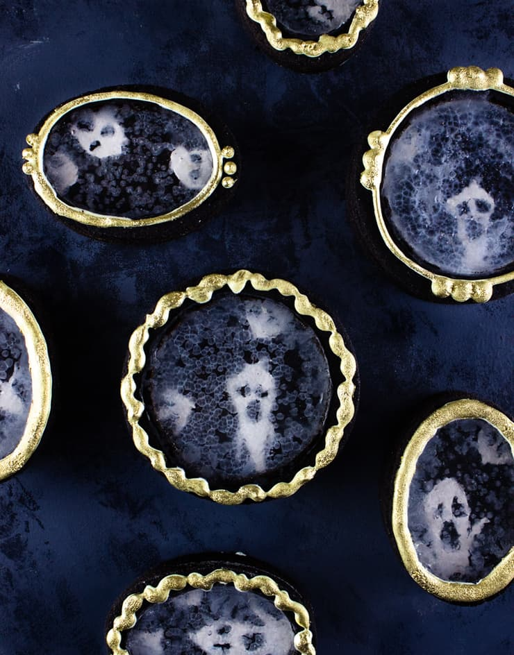 Scare up some dessert this Halloween with these spooky mirror cookies!